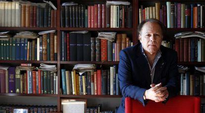 El escritor Javier Marías, en su casa de Madrid.