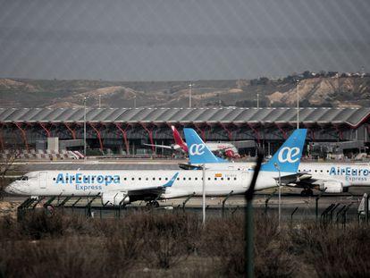 Dos aviones de la compañía Air Europa, en el aeropuerto de Barajas, en febrero de 2020.