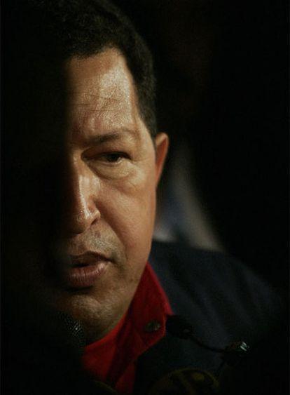 El presidente venezolano, Hugo Chávez, habla a la prensa el viernes en un hotel de Santo Domingo.