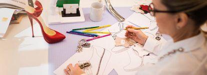Dos diseñadores y tres asistentes conciben los modelos de la firma Pitillos.