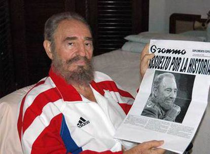 Fidel Castro, con un ejemplar del diario <i>Granma</i> en su primera imagen pública, en agosto de 2006, después de ser operado.