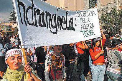 Protesta por el asesinato de Fortugno. La pancarta reza: 'Ndrangheta, basura de nuestra tierra.