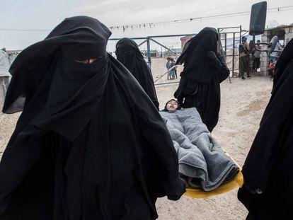 Evacuación este domingo de una niña enferma para ser tratada en el hospital de campaña del campo para familias del ISIS de Al Hol, al noreste de Siria.