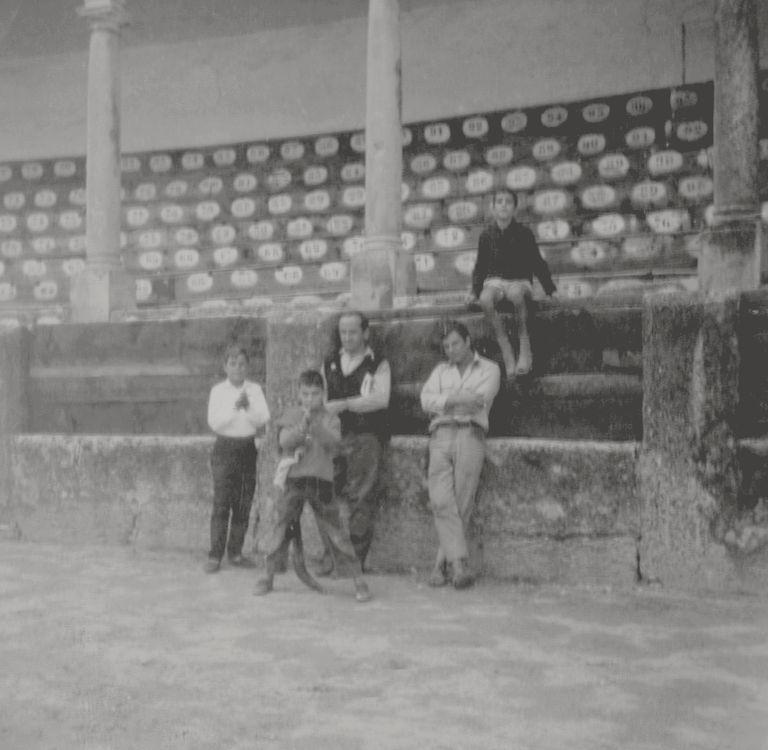 Juan Marsé y Antonio Pérez con el Chato y otros chicos en la plaza de toros de Ronda.