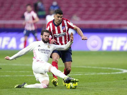 Luis Suárez, del Atlético de Madrid, compite por el balón con Nacho Fernández, del Real Madrid, el pasado 7 de marzo.