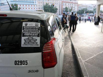 Un taxi en Madrid con uno de los carteles de la huelga de este martes.