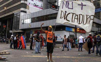 Manifestantes opositores bloquean en Caracas una vía durante una protesta del 18 de julio.