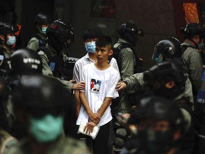 La policía antidisturbios detiene a un joven manifestante este miércoles en Hong Kong.