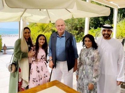 El rey emérito, con la piloto emiratí Amna al Qubaisi y su familia, en la mansión de Emiratos donde vive.