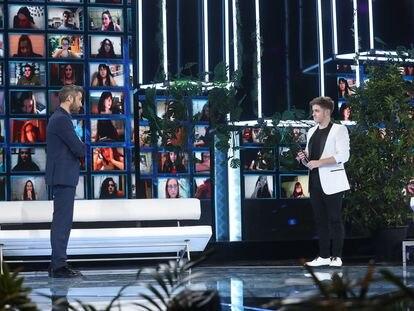 El presentador Roberto Leal y Gèrard, uno de los concursantes de 'OT', ante las pantallas del público virtual del programa.