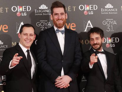 De izquierda a derecha, Olmo Figueredo, productor de 'The resurrection club', y los periodistas de EL PAÍS Álvaro Corcuera y Guillermo Abril.