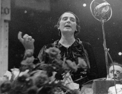 La diputada del Partido Comunista de España Dolores Ibárruri 'La Pasionaria' dando un discurso en 1936.