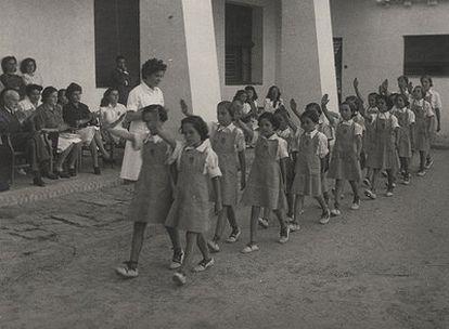 Un grupo de niñas desfila durante un acto de la Sección Femenina.