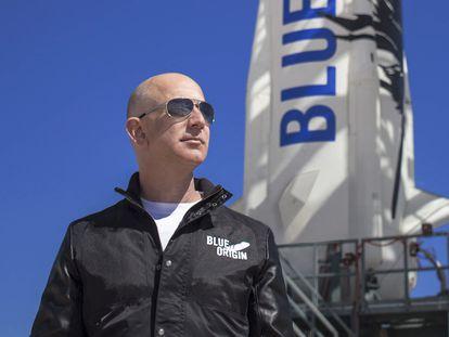 Jeff Bezos, junto al cohete espacial 'New Shepard', en 2017.