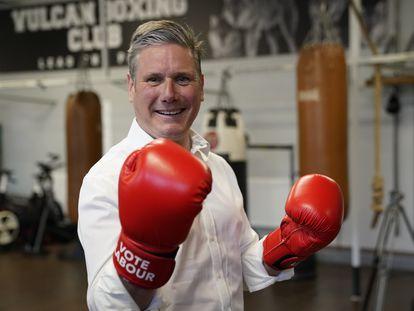 El líder laborista, Keir Starmer, visita un club de boxeo en la localidad de Hull el 30 de abril.