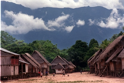 Una de las comunidades Kakataibo con la Cordillera Azul al fondo.