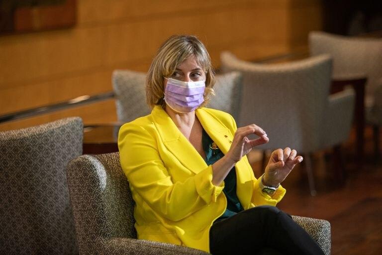 La consejera de Salud, Alba Vergés, durante una visita a un hotel en el que se alojaron enfermos de la covid-19.