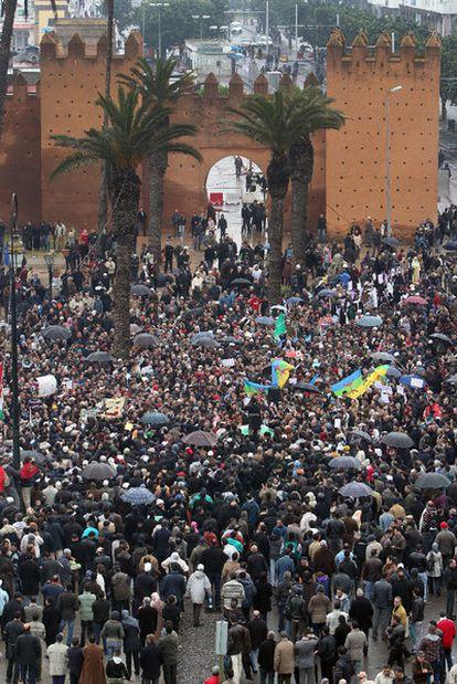Manifestantes en la plaza de Bab Alhad, en Rabat.