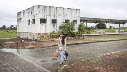 Una mujer camino por la desierta ciudad del milenio de Pañacocha.
