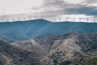 Una fila de aerogeneradores recorre el paisaje de Carratraca, Málaga.