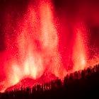 (LA PALMA), 19/09/2021.- Una erupción volcánica ha comenzado esta tarde de domingo en los alrededores de Las Manchas, en El Paso (La Palma), después de que el complejo de la Cumbre Vieja acumulara miles de terremotos en la última semana, conforme el magma iba presionando el subsuelo en su ascenso. Las autoridades habían comenzado horas antes evacuar a las personas con problemas de movilidad en cuatro municipios. Arturo Rodriguez