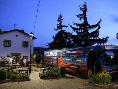 El autobús de El Hueco, una organización que trata de combatir la despoblación, aparcado en Urriés (Zaragoza).