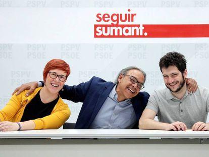De izquierda a derecha, Águeda Micó (Compromís), Manolo Mata (PSPV) y Antonio Estañ, de Podem, al comienzo de la octava reunión negociadora.