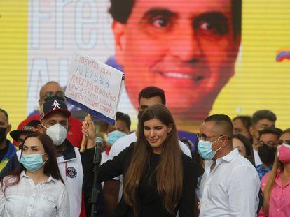 Camila Fabbri, esposa del empresario Alex Saab, durante un mitin en Caracas a favor del presunto testaferro de Maduro, este domingo.