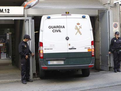 Un furgón policial con detenidos de la Operación Púnica, el pasado jueves.