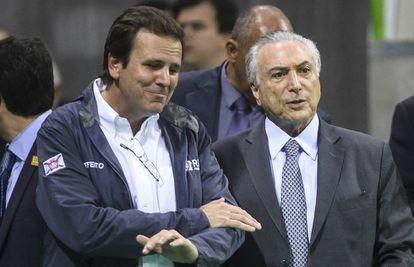 El presidente interino de Brasil, Michel Temer (d), junto a el alcalde de Río de Janeiro, Eduardo Paes.