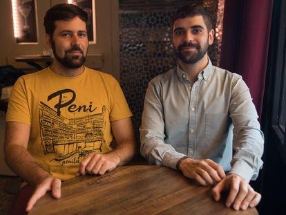 De izquierda a derecha, el arquitecto Álvaro Bonet y el conservador Nicolás García, en el Café Pavón de Madrid. A su espalda, se encuentan los azulejos recuperados.