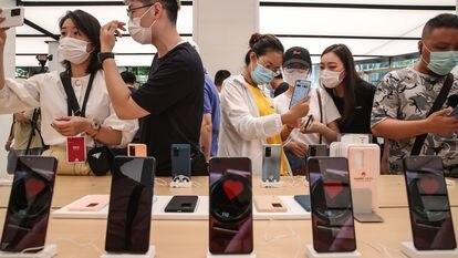 Clientes durante la inauguración de una tienda del gigante tecnológico chino Huawei, a principios de año en Shanghai.