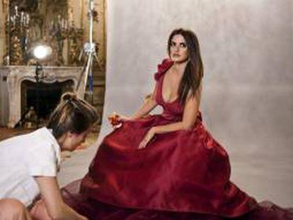 Imagen facilitada por Campari de la actriz Penélope Cruz durante una de las sesiones fotográficas para el Calendario Campari 2013, en las que llevó a vestir 14 vestidos distintos de reminiscencias clásicas. El calendario se presentará el 13 de noviembre en Milán.