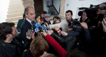 Francisco Camps atiende a los medios tras declarar por escrito como testigo del 'caso Nóos'.