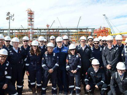 El presidente de Argentina, Mauricio Macri, posa junto con los trabajadores de Tecpetrol en Vaca Muerta en agosto pasado.