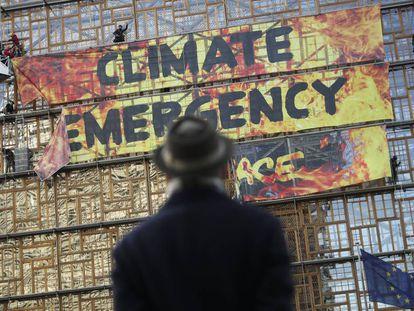 Pancarta de Greenpeace en el edificio en el que se reunían los jefes de Gobierno Europeos en Bruselas.