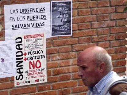 Carteles contra el cierre de las urgencias médicas en Chiloeches (Guadalajara).