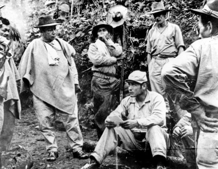Manuel Marulanda, alias 'Tirofijo', jefe de las FARC, descansa en el suelo.