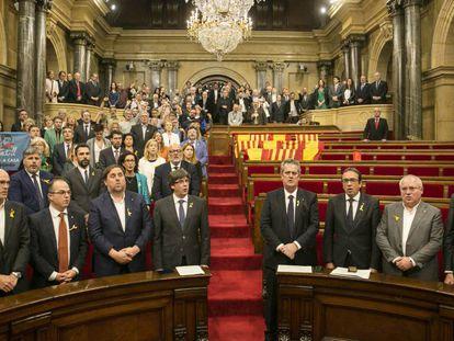 El Govern y los diputados de JxSí y la CUP en el Parlament tras aprobar la declaración de independencia.