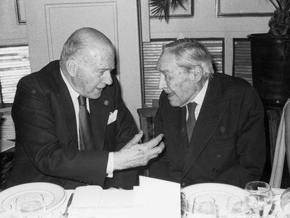 El presidente de la Generalitat, Josep Tarradellas (i), conversa con el escritor Josep Pla durante el acto de entrega del Premio Josep Pla de Prosa Catalana 1979.