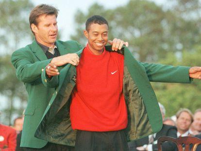 Tiger Woods se convierte en el ganador más joven de la historia del Masters de Augusta, con solo 21 años. En la imagen, recibe la chaqueta verde de manos del vencedor del año anterior, Nick Faldo.