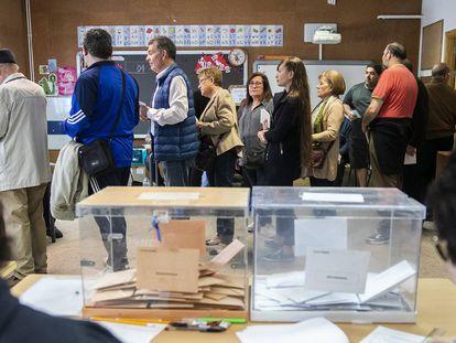 Un grupo de votantes hace cola en el colegio público Padre Coloma , en el este de Madrid, el 26 de mayo de 2019, durante las últimas autonómicas madrileñas.