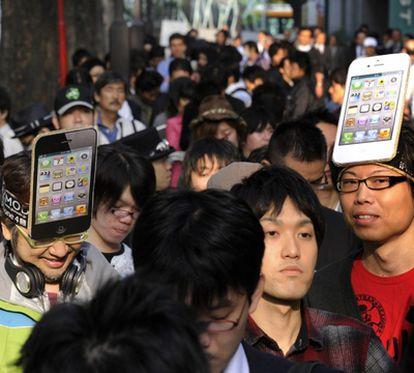 Colas en Tokio para comprar el iPhone 4S.