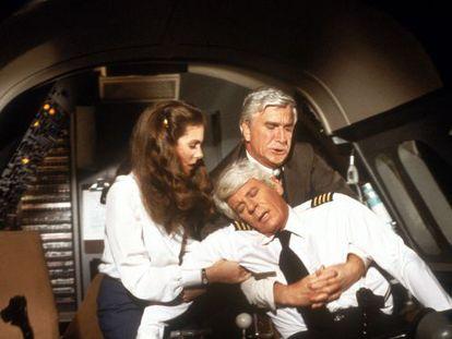 """Escena de la película 'Aterriza como puedas"""" (1980) en la que el piloto sufre un infarto."""