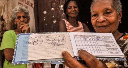 Una señora muestra su libreta de racionamiento en Santiago de Cuba.