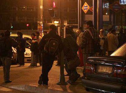 Inmigrantes <b>acuden antes del amanecer en busca de trabajo a la plaza Elíptica de Madrid en  2007.