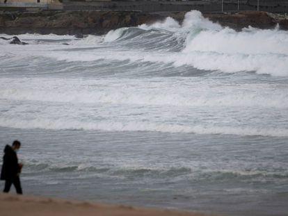 Un hombre pasea por la playa del Orzán en A Coruña, el pasado 5 de octubre.