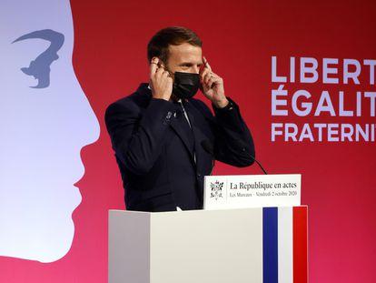 El presidente Emmanuel Macron, al final del discurso sobre el separatismo en Les Mureaux (Francia), este viernes.