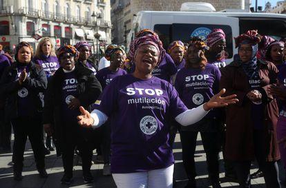 Concentración en la Puerta del Sol de Madrid para protestar contra la mutilación genital femenina en el mundo, en una imagen de archivo.
