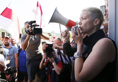 Kolesnikova habla con los trabajadores de una fábrica de tractores de Minsk durante una huelga, el pasado 17 de agosto.